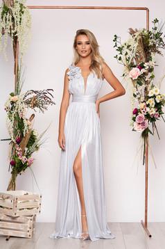 Ezüst LaDonna alkalmi hosszú harang ruha mély dekoltázzsal fényes anyagból virágos díszekkel