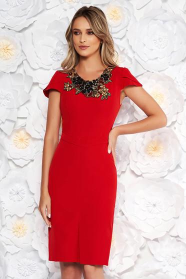 Piros elegáns ceruza ruha enyhén rugalmas szövet kézzel varrott díszítésekk