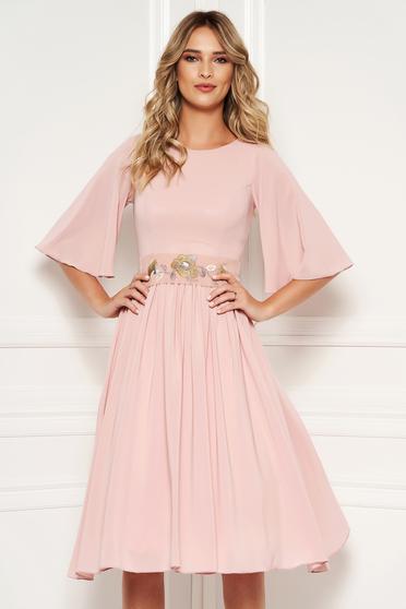 4bb71e10f2 Világos rózsaszín StarShinerS alkalmi harang ruha fátyol belső béléssel  övvel ellátva hímzett betétekkel