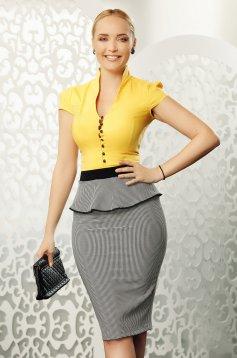 Mustar Fofy elegáns pamutból készült női ing szűk szabású rövid ujjakkal bross kiegészítővel