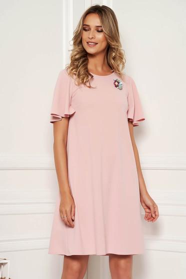 Rózsaszínű StarShinerS elegáns hétköznapi egyenes ruha pillangó típusú ujjakkal bross kiegészítővel