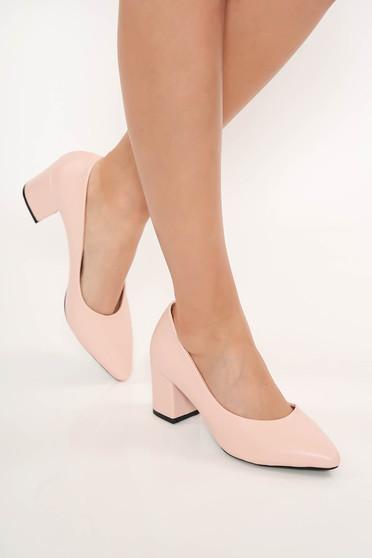 Rózsaszínű cipő vastag sarok enyhén hegyes orral