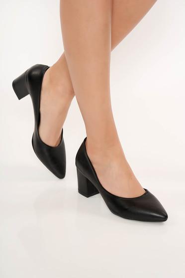 Fekete cipő vastag sarokkal enyhén hegyes orral