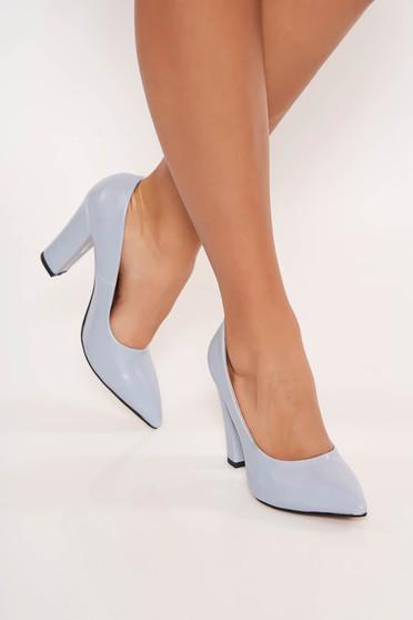 Világoskék irodai cipő műbőrből vastag sarokkal enyhén hegyes orral