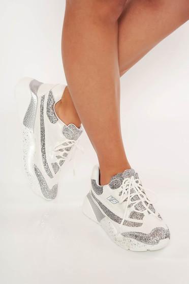 Fehér sport cipő fűzővel köthető meg csillogó díszítésekkel