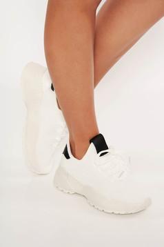 Fehér casual sport cipő fűzővel köthető meg