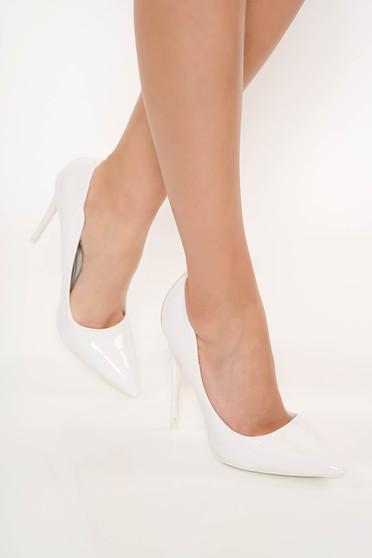 Fehér magassarkú elegáns cipő lakkozott öko bőrből enyhén hegyes orral
