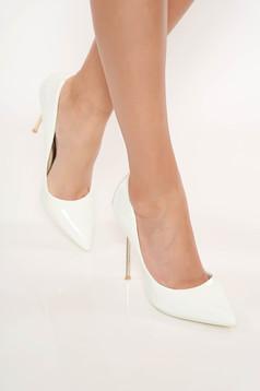 Fehér elegáns cipő lakkozott öko bőr enyhén hegyes orral magassarkú