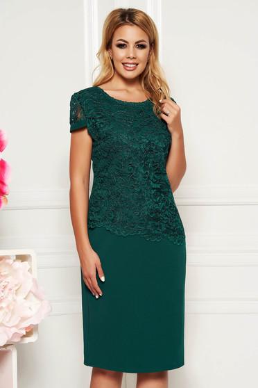 Sötétzöld elegáns ruha szűk szabás rövid ujjakkal vékony anyag csipkés átfedéssel