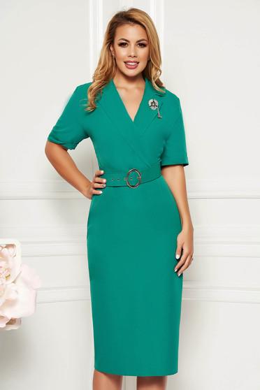 Zöld elegáns ruha karcsusított szabás v-dekoltázzsal enyhén rugalmas anyag öv típusú kiegészítővel