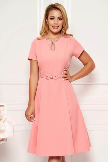 Pink elegáns harang ruha finom tapintású anyag kézzel készített diszitéssel öv típusú kiegészítővel