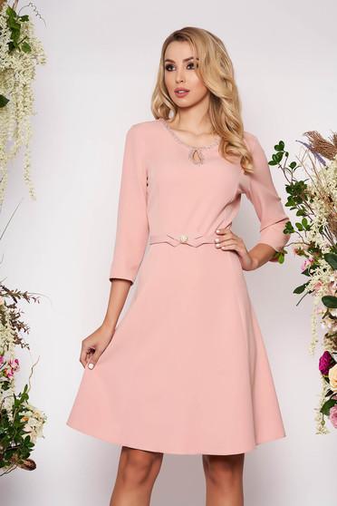 Pink elegáns harang ruha öv típusú kiegészítővel finom tapintásu anyagból kézzel készített részletek