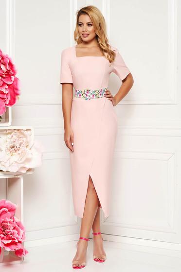 Világos rózsaszín elegáns hétköznapi midi ruha karcsusított szabás enyhén rugalmas anyag öv típusú kiegészítővel