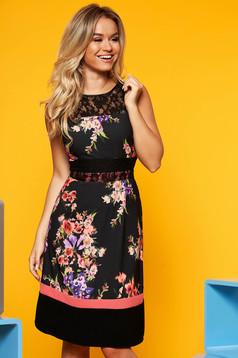 Fekete elegáns midi ruha virágmintás díszítéssel deréktól bővülő szabás csipke díszítéssel
