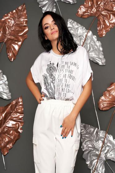 Fehér hosszú bő szabású póló rövid ujjakkal enyhén áttetsző anyagból