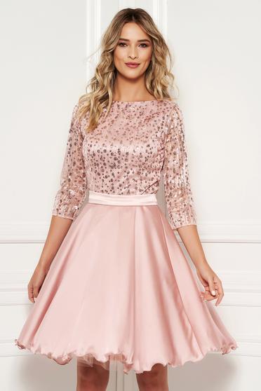 1a5d79955de2 Világos rózsaszín alkalmi harang ruha átlátszó ujj csipkéből flitteres  díszítés