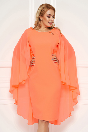 Narancs elegáns midi ruha karcsusított szabással muszlin anyagátfedéssel mellkitűzővel