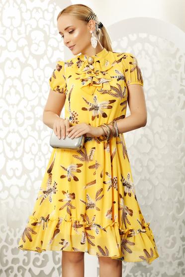 Sárga hétköznapi midi harang ruha muszlin anyagból bross kiegészítővel
