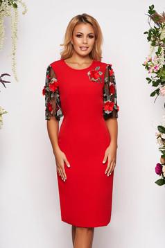 Piros StarShinerS elegáns szűk szabású midi ruha enyhén rugalmas szövetből kézzel készített virágos díszekkel strassz köves díszítéssel