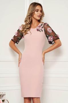Világos rózsaszín StarShinerS elegáns szűk szabású midi ruha enyhén elasztikus szövetből virágos díszekkel