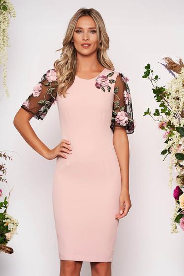 Púder rózsaszínű StarShinerS elegáns szűk szabású midi ruha enyhén rugalmas szövetből kézzel készített virágos díszekkel strassz köves díszítéskel