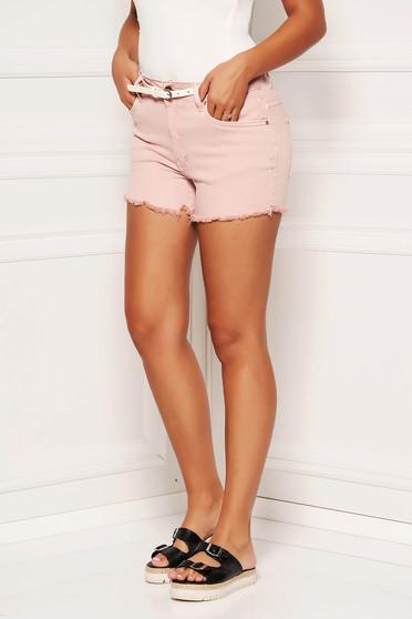Világos rózsaszín casual rövidnadrág farmerarnyagból öv típusú kiegészítővel