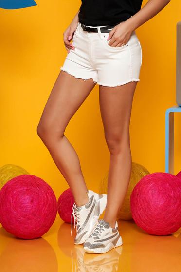 Fehér casual rövidnadrág farmerarnyagból öv típusú kiegészítővel