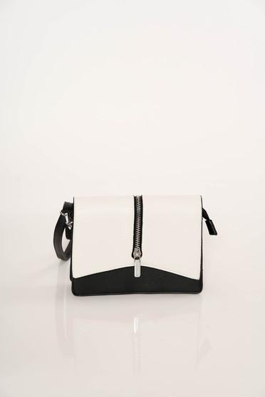 Fekete casual műbőr táska cipzárral van ellátva