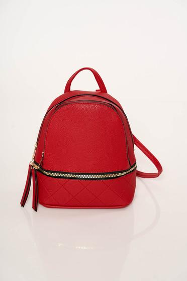 Piros casual hátizsák eltávolítható pántokkal és cipzárral van ellátva