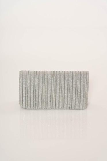 Ezüst elegáns táska fém lánccal van ellátva egy zsebes résszel ellátott rekesz
