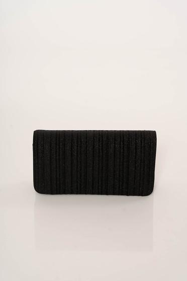 Fekete elegáns táska fém lánccal van ellátva egy zsebes résszel ellátott rekesz