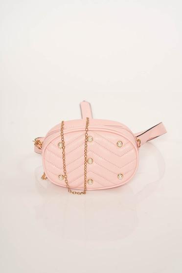 Rózsaszínű gyöngyös díszítésű táska steppelt anyagból és fém lánccal