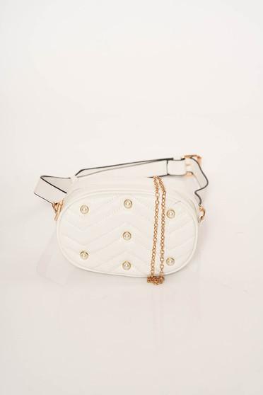 Fehér gyöngyös díszítés táska steppelt anyagból és fém lánccal van ellátva