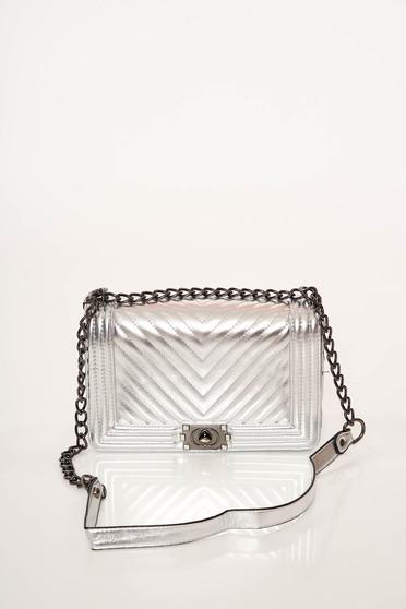Ezüst táska elegáns műbőr steppelt anyagból