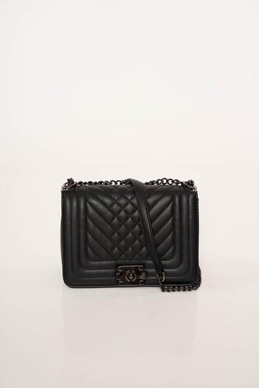 Fekete irodai műbőr táska fém lánccal van ellátva