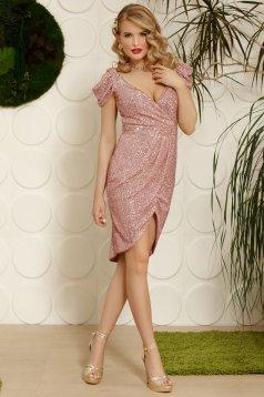 Rózsaszínű elegáns alkalmi ruha aszimetrikus kivágott vállrésszel v-dekoltázzsal
