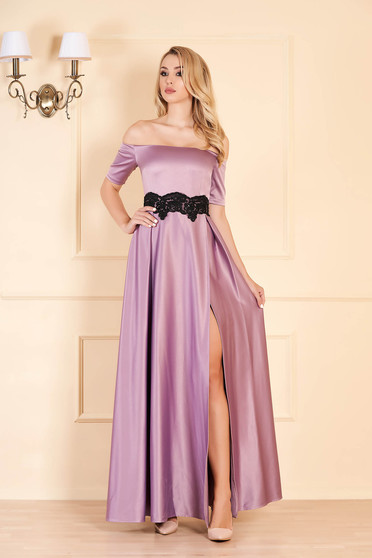 Alkalmi lila ruha szatén anyagból hímzett betétekkel harang hosszú