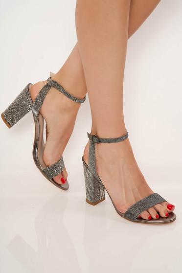Ezüst elegáns műbőr cipő vastag sarokkal és vékony pántokkal
