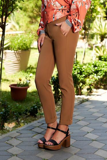 Barna szűk szabású elegáns nadrág zsebekkel