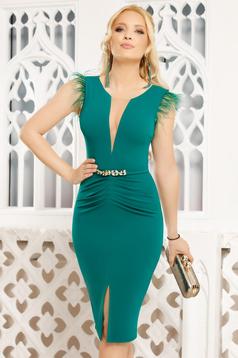 Zöld elegáns midi ceruza ruha v-dekoltázzsal tollas díszítés