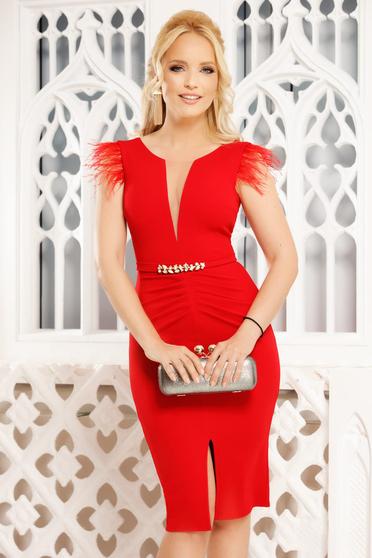 Piros elegáns midi ceruza ruha v-dekoltázzsal tollas díszítés