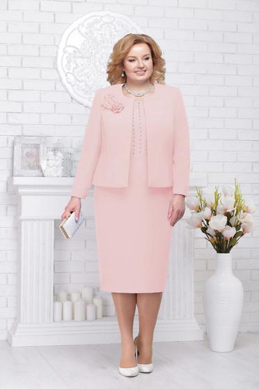 Világos rózsaszín elegáns női kosztüm gyöngy díszítéssel
