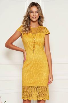 Mustárszínű elegáns midi csipke ruha kerekített dekoltázssal
