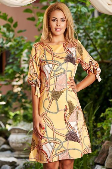 Mustar hétköznapi midi a-vonalú ruha grafikai díszítéssel kerekített dekoltázssal