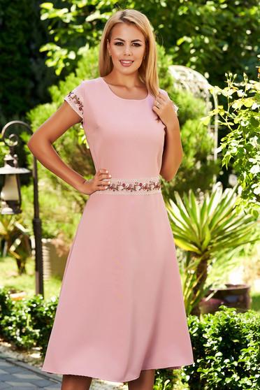 Világos rózsaszín hétköznapi harang ruha rövid ujjakkal rugalmas pamut hímzett részek