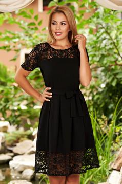 Fekete elegáns harang ruha csipke díszítéssel pólónyakkal