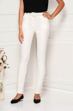 Fehér kónikus elegáns nadrág öv típusú kiegészítővel