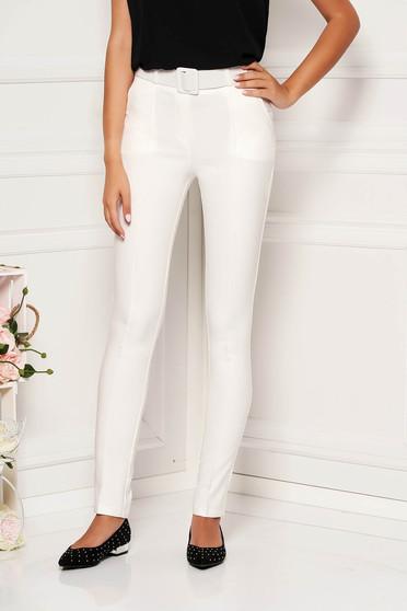 Fehér elegáns egyenes nadrág öv típusú kiegészítővel