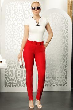 Piros elegáns egyenes nadrág öv típusú kiegészítővel