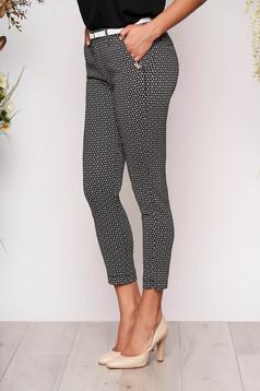 Fekete casual pamutból készült kónikus nadrág grafikai díszítéssel
